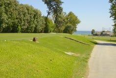发球区域高尔夫球有视图向海运 免版税库存图片