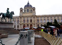 发生在玛丽亚Theresien广场的圣诞节市场 免版税库存照片