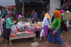 发生在越南的一个典型的每周跳蚤市场 库存图片