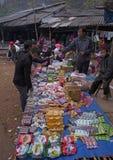 发生在越南的一个典型的每周跳蚤市场 库存照片