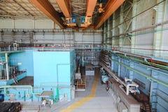 发电器有起重机和工作者的机械大厅 免版税库存图片