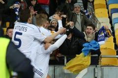 发电机Kyiv扇动庆祝与球员的进的球, UEFA欧罗巴16在发电机之间的秒腿比赛同盟回合和埃弗顿 免版税库存照片