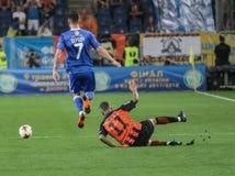 发电机Kyiv的本杰明Verbic与与FC Shakhtar Marlos的球战斗  免版税库存图片