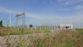 发电站和干净和可再造能源,与草摇摆的风力 影视素材