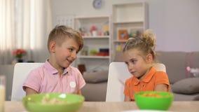 发痒小姐妹的男小学生,使用在早餐期间,家庭通信 影视素材