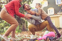 发痒父亲是乐趣,一起花费时间的愉快的家庭 库存照片