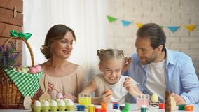 发痒逗人喜爱的女儿的耳朵的有油漆刷的,舒适的家庭晚上父亲 影视素材