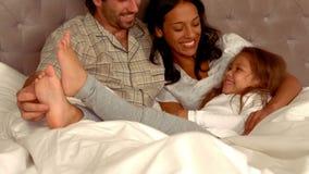 发痒他的女儿的微笑的西班牙父亲 股票视频