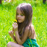头发的女孩在春天公园 库存图片
