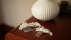 头发的簪子有珍珠的 在与干燥淡紫色flo的桌上 股票录像