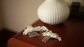 头发的簪子有珍珠的 在与干燥淡紫色flo的桌上 影视素材