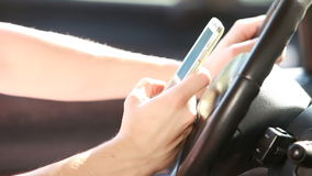 发短信与一个巧妙的电话 免版税库存照片