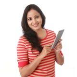 发短信与她的手机的微笑的妇女反对白色 免版税库存图片