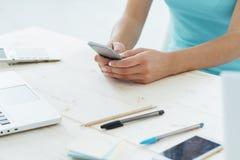 发短信与她的手机的青少年的女孩 库存照片