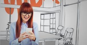 发短信反对灰色和红色手拉的办公室的千福年的妇女 免版税库存照片
