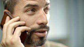发短信和微笑在他的厨房里的英俊的白种人人 股票视频