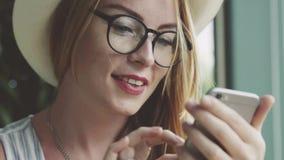 发短信在手机的美丽的情感女孩 库存照片