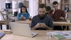 发短信在智能手机的偶然商人在办公室 股票录像