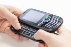 发短信在电话的手 库存照片
