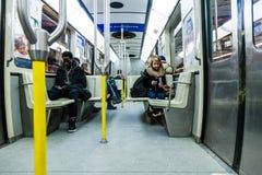 发短信在蒙特利尔地铁里面的人们 免版税库存照片