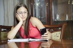 发短信的女孩学会和 免版税库存照片