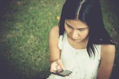 发短信的少妇,在手机的sms 库存照片