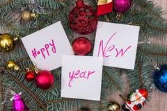 发短信给与树和玩具的新年好 免版税库存图片