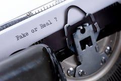 发短信给在一台老打字机或真正写的伪造品 免版税库存图片