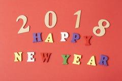 发短信给在字母表五颜六色的块写的红色背景的新年快乐  节假日概念 库存照片