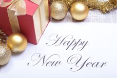发短信给在纸的新年好与许多球 库存照片