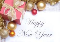 发短信给在纸的新年好与许多球 免版税库存照片