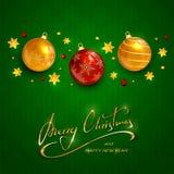 发短信给在绿色背景的圣诞快乐与圣诞节球 库存例证