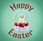 发短信给愉快的复活节和复活节兔子用在篮子的红色鸡蛋 免版税库存图片