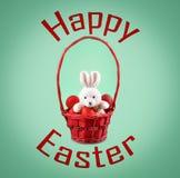 发短信给愉快的复活节和复活节兔子用在篮子的红色鸡蛋 免版税库存照片