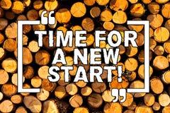 发短信给显示一个新的开始的标志时刻 概念性照片某事应该现在开始木新的工作 免版税库存照片