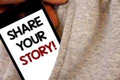 发短信给显示份额您的故事的标志诱导电话 概念性书面的照片经验乡情记忆个人词黑酸碱度 免版税库存照片
