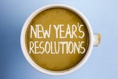 发短信给显示新年\ '的标志S决议 概念性照片目标宗旨瞄准决定在咖啡写的以后365天 图库摄影