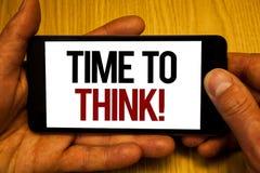 发短信给显示时刻的标志认为诱导电话 概念性回答照片想法的计划的想法问题两手举行 免版税库存图片