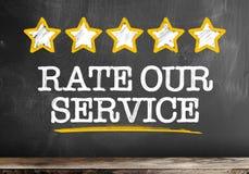 发短信给率在有五个金黄星的黑板写的我们的服务 库存例证
