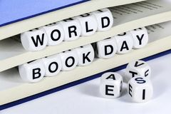 发短信给读书世界在书之间页的书天  免版税库存图片