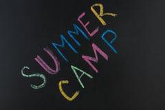 发短信给夏令营写与白垩在黑板 库存图片