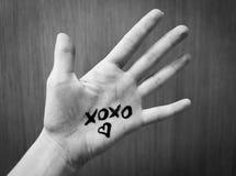 发短信给心脏Xoxo和剪影在一只人的手上的 北京,中国黑白照片 免版税库存图片