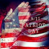 发短信给美利坚合众国的9/11爱国者天和旗子 免版税库存照片