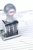 发票被支付的印花税 图库摄影