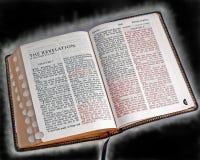 发红光的圣经 图库摄影
