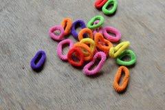 头发编织的色的橡皮筋儿 免版税库存图片