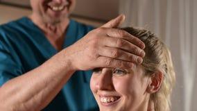 发自内心的医生参与指南编辑少女的头骨 r 健康预防 股票视频