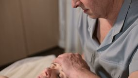 发自内心的医生参与指南编辑少女的头骨 r 健康预防 影视素材