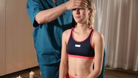 发自内心的医生参与指南编辑少女的头骨 r 健康预防 股票录像