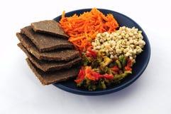 发芽的荞麦、胡麻面包、胡椒和红萝卜 库存照片